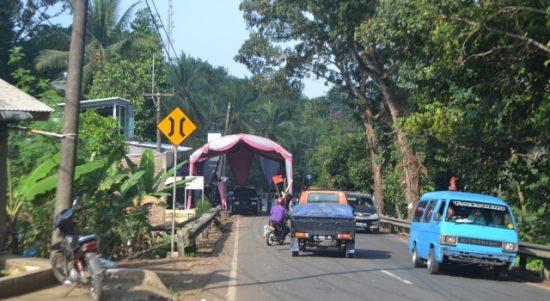 Tenda pernikahan warga di kampung Ciandur Desa Ciandur. kecamatan Saketi. Kabupatn Pandeglang yang menutup jalan raya. (Foto Gus Saydan/chanelbanten.com)