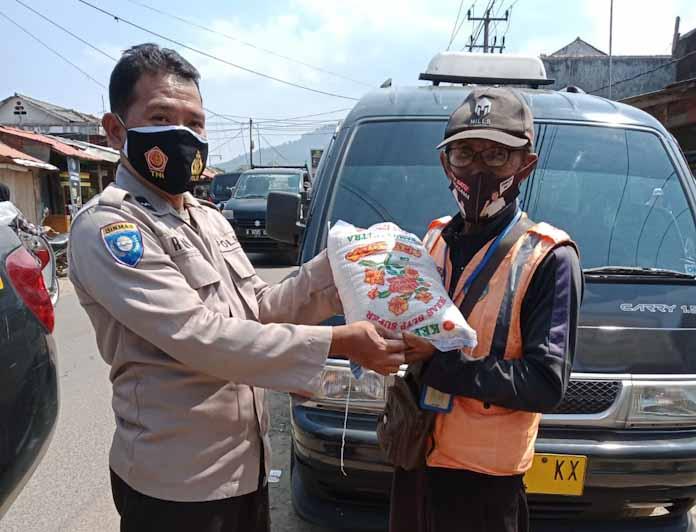 Polsek Mandalawangi dan Tim Gabungan Satgas Covid Bagikan Masker dan Salurkan Bansos