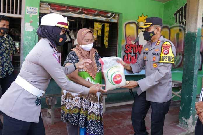 Kapolres Baru Tergerak Bagikan Sembako Pada Warga Kelurahan Pandeglang