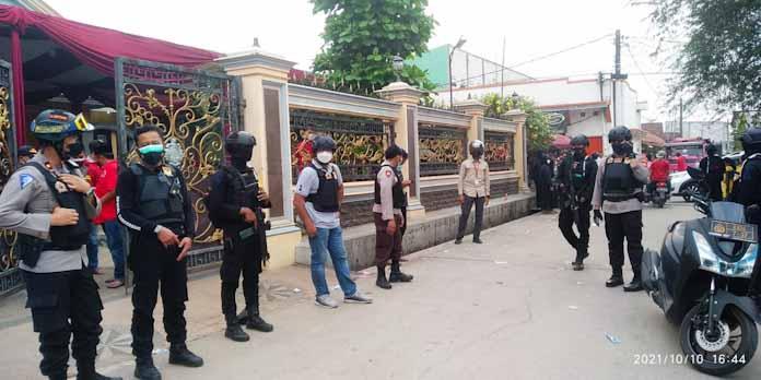 Caption Foto : Wakapolres (sebelah kanan), kasat lantas (sebelah kiri) dan Kasat Narkoba (jeans biru) saat di rumah Andi Yana salah satu Calon Kades yang terpilih kembali.
