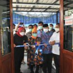 Bupati Lebak Iti Octavia Jayabaya saat pengguntingan pita pada peresmikan Gedung UDD PMI Lebak yang terletak di Jalan Sentral Nomor 2, Kelurahan Rangkasbitung Barat, Kecamatan Rangkasbitung, Jumat (15/10/2021).