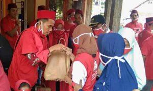 Abdul Ropik Calon Kepala Desa Binong Santuni Yatim Piatu Dan Dhuafa, di Desa Binong Kecamatan Maja, Lebak, Banten, Rabu (20/10)